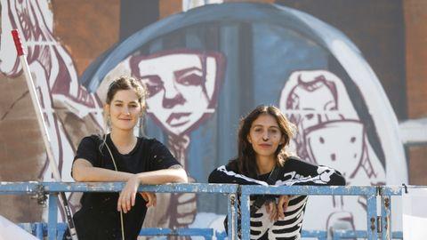 En la imagen, las componentes del Dúo Amazonas, que reinterpretan la obra de Velázquez con un mural inspirado en un vídeo clip de Britney Spears