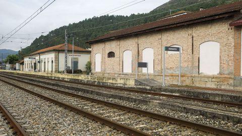 A estación de Barbantes, Cenlle, hai anos que acolle as instalacións dunha adega no antigo molle de carga