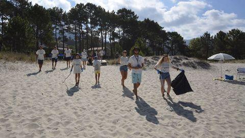 ¡Mira las fotos de la limpieza realizada en la playa de A Aguieira!