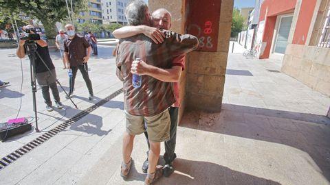 Pablo Costas recibe el abrazo de un vecino de  Bueu a su llegada al pueblo tras once meses retenido en Yemen