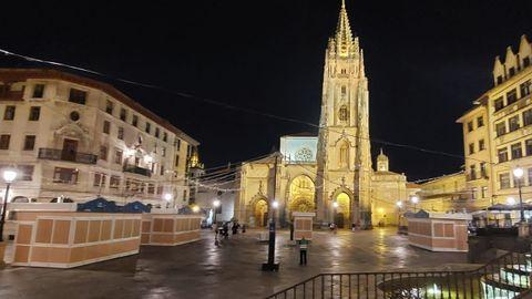 Casetas en la plaza de la Catedral de Oviedo antes de San Mateo