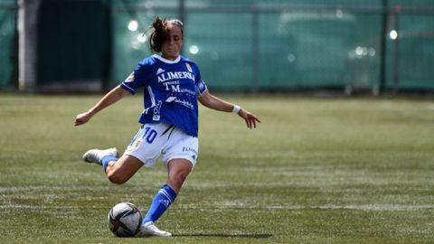 Isina golpea un esférico durante el partido del Real Oviedo Femenino