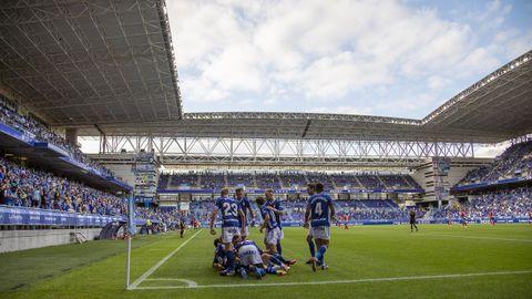 Los jugadores del Oviedo celebran el gol de Viti ante el Lugo