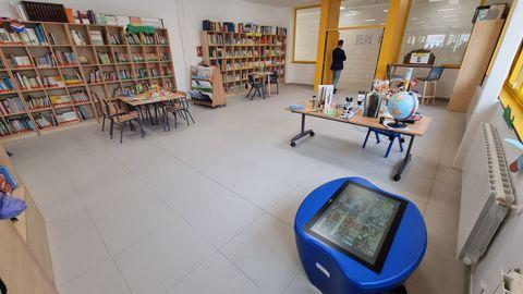 La biblioteca con objetos clásicos y nuevos elementos electrónicos
