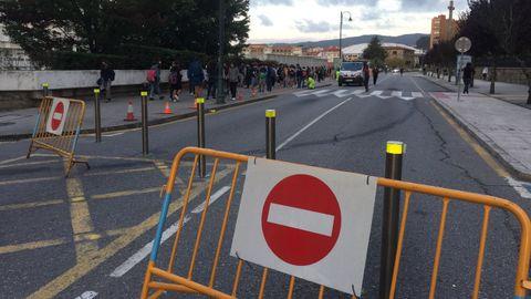 Calle Reina Victoria, en Pontevedra, cerrada al tráfico para dar servicio al IES Sánchez Cantón