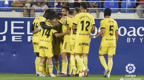 Los jugadores del Oviedo celebran uno de los goles al Huesca