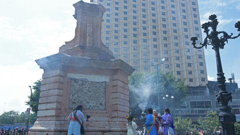 Mujeres mazahuas queman incienso en el pedestal donde se encontraba el monumento de Cristóbal Colón en Ciudad de México