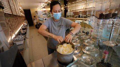 Sin todos los sabores: en la Heladería Colón se pusieron manos a la obra a fabricar los helados del día a las 12.00 horas, cuando recuperaron la luz