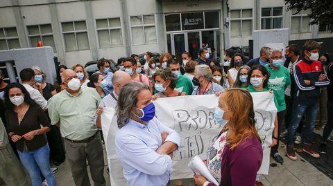 Hace unos días, profesores y padres de alumnos del instituto Número Un de Ribeira se concentraron a las puertas del centro para denunciar el recorte de docentes