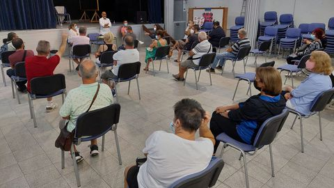 Imagen de la reunión que mantuvieron el lunes los integrantes del grupo socialista con vecinos de Monte Porreiro