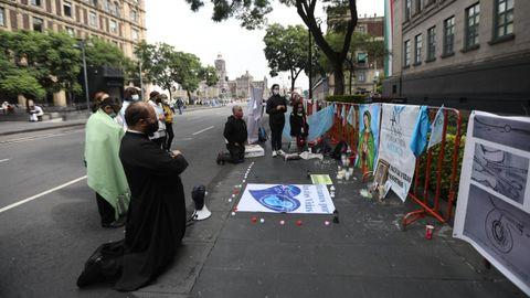 Un sacerdote junto a un grupo de conservadores religiosos rezan hoy en las afueras de la Suprema Corte de Justicia para que el fallo no se avalase.
