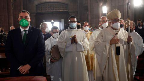 El presidente del Principado de Asturias, Adrián Barbón (i), junto al arzobispo Sanz Montes (d) durante la eucaristía con motivo de la festividad del Día de Asturias, este miércoles en la basílica de Covadonga