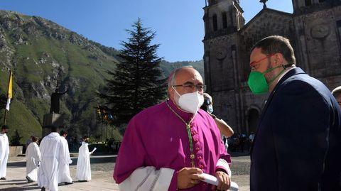Barbón conversa con el arzobispo Sanz Montes