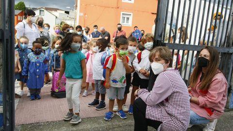 Primeras filas antes de la entrada en el colegio Virxe do Carme, de Burela