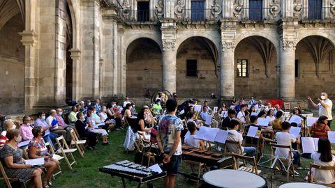 Durante varias semanas, artistas y vecinos de Celanova ensayaron para el concierto del sábado.