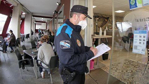 Un agente de la Policía Local de Rianxo, en una fotografía de archivo controlando el aforo de un local