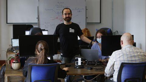 Pablo Rodríguez junto a parte del equipo de Hack a Boss en sus instalaciones de A Coruña