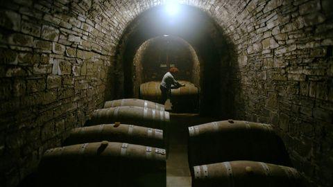 Bodega tradicional en una cueva en la comarca de Valdeorras.