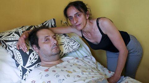Guillermo Manuel Combarro y su mujer, Ana María Santos, en su vivienda de Serantes