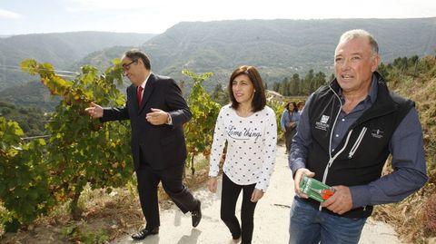 José Manuel Rodríguez, a la derecha, y Manuel Vázquez, con la anterior conselleira de Medio Rural en una visita a Rectoral de Amandi