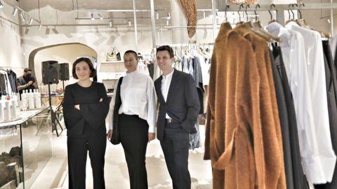 Adriana Domínguez, Tiziana Domínguez y Antonio Puente, en la inauguración de la nueva tienda de Adolfo Domínguez en el Paseo