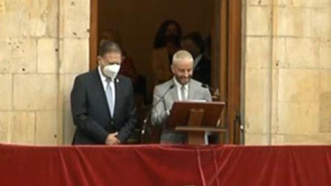 Pelayo Díaz, durante la lectura del pregón de San Mateo, acompañado del alcalde de la ciudad, Alfredo Canteli