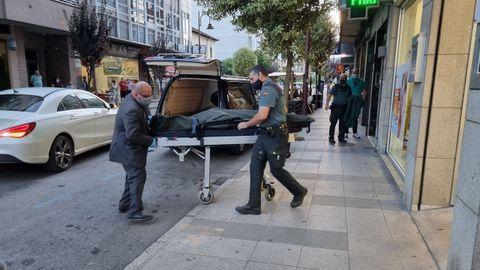 Levantamiento del cadáver de una joven fallecida en O Barco con signos de violencia