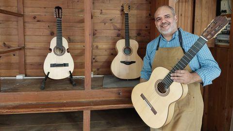 Ricardo Ramos con dos guitarras clásicas y un cuarto puertorriqueño, a la izquierda, hechas por él