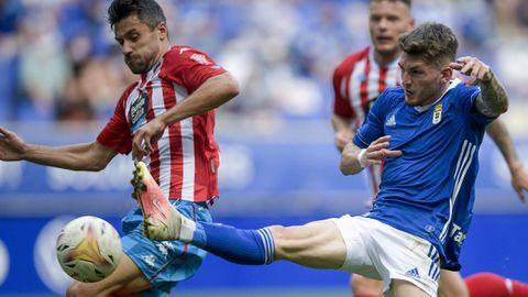 Viti disputa un balón con Canella durante el Real Oviedo - Lugo