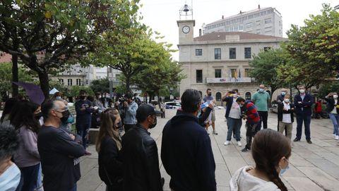 Vecinos de O Carballiño se concentraron la mañana del sábado para rechazar la agresión