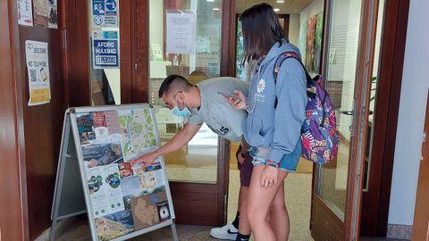 Una pareja de visitantes en la entrada de la oficina de turismo de Monforte, en la mañana de este sábado