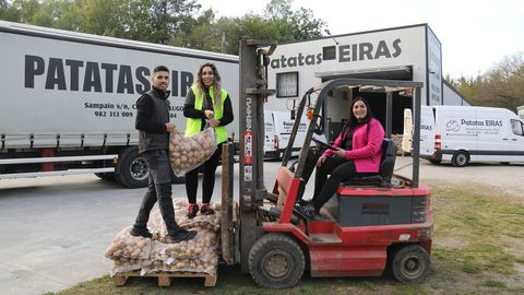 De izquierda a derecha: Adrián, Leticia (ejerce como enfermera) y Jessica Eiras