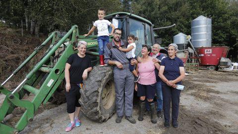 Dos familias de Torneiros, Allariz, gestionan la explotación de vacuno para producir leche ecológica