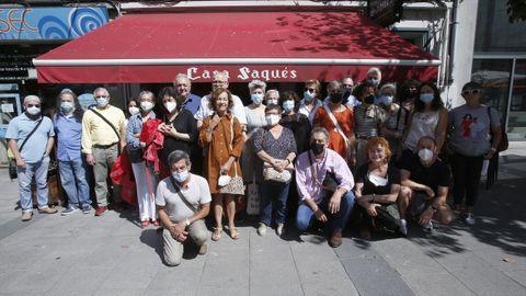 O escritor Antonio Tizón e os participantes, onte na última estación do roteiro.