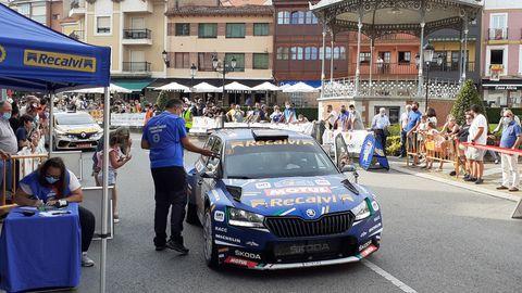 «Cohete» Suárez con el Skoda Fabia saliendo del reagrupamiento de Noreña, antes de disputar el último tramo del rally