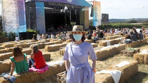 La cantante gallega y promotora del Festival de la Luz, Luz Casal, se paseó supervisando y saludando a los asistentes del certamen en la jornada sabatina.