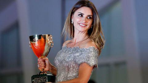 La intérprete española Penélope Cruz festeja el reconocimiento de la Copa Volpi a la mejor actriz del certamen.