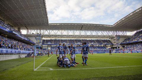 Los futbolistas del Real Oviedo celebran el gol de Viti ante el Lugo