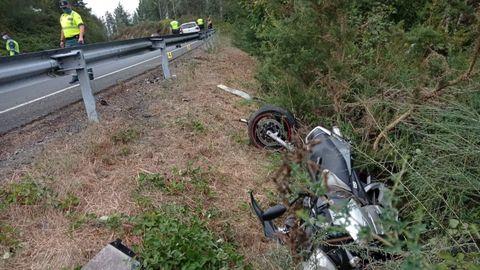 La moto del fallecido en el lugar accidentado