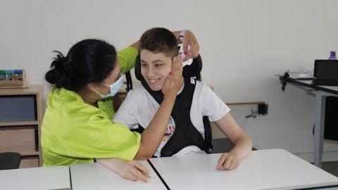 Álex Guntín, con una terapeuta en su colegio de Vigo
