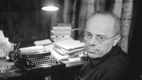 El escritor polaco Stanislaw Lem, retratado en 1962 ante su mesa de trabajo en su casa de Cracovia.