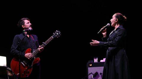 La cantante gallega Luz Casal, en plena actuación con Coque Malla.