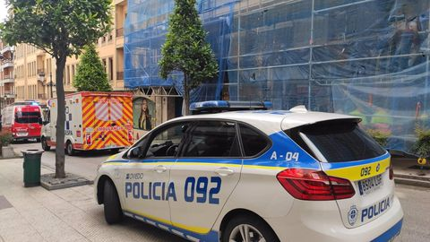 Un coche de la Policía en la Calle Quintana donde se produjo el incidente