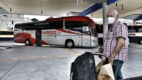Un viajero se sube en Ourense al autobús que hace el recorrido entre el sur de Galicia y Madrid