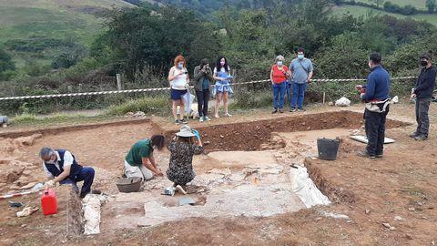 Las excavaciones de la villa romana de La Estaca (Las Regueras, Asturias). Los investigadores explican su trabajo en visitas abiertas al público.