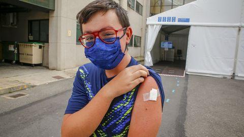 El pobrense Mario Vilachán, de 15 años, recibió ayer la segunda dosis de Pfizer
