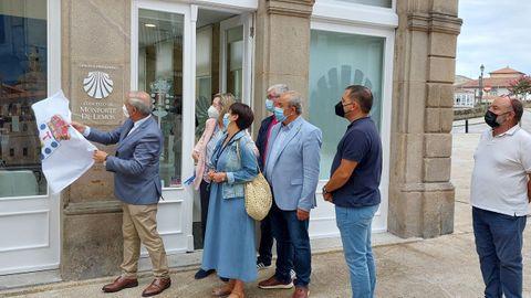 El alcalde José Tomé descubrió el letrero que señala la oficina de atención a los peregrinos, situada en el bajo del antiguo hotel Comercio