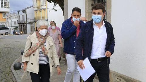 Rodrigo Pavón junto a la alcaldesa antes de explicar su renuncia a concejal de Vilalba