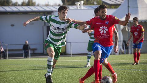Óscar Martín se lleva un balón en un partido de la Tercera División
