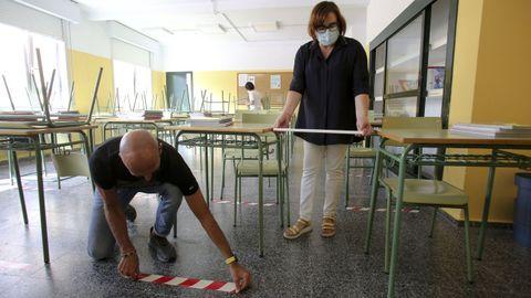 Personal del IES Canido de Ferrol, ultimando los preparativos para la vuelta a las aulas de alumnos de la ESO, Bachillerato y FP el próximo miércoles